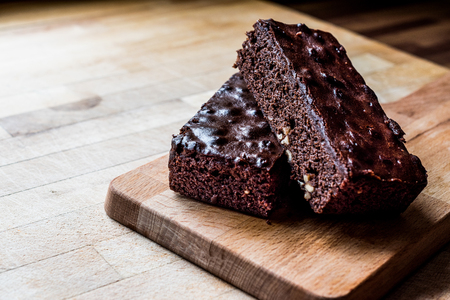 Chocoladebrownie op houten oppervlakte. Dessert Concept.
