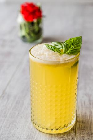 Persisches Safran-Milchshake mit Basilikumblättern. Traditionelles Getränk. Standard-Bild - 85678529