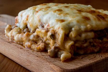 Lasagne met gehakt, Bolognesesaus en gesmolten kaas. Italiaans eten