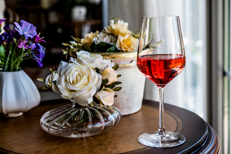 Rose Wine with flowers (natural light). Beverage Concept. Banque d'images