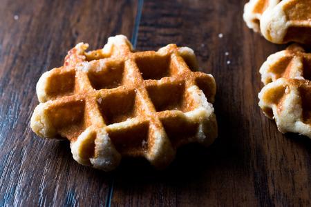 De duidelijke Wafel van België op houten oppervlakte. Traditioneel eten. Stockfoto - 92090725