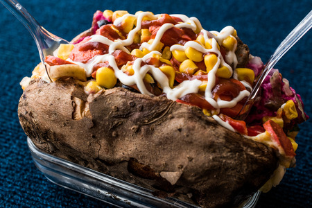 Kumpir / Turkish Baked potato with cheese, corn, sausage, ketchup and mayonnaise. fast food Zdjęcie Seryjne