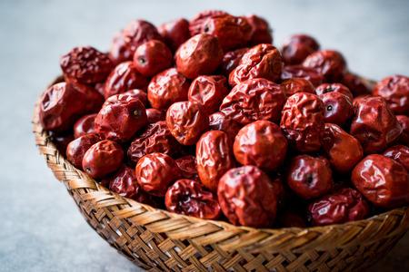 Czerwone owoce jujuby w drewnianym koszu. Jedzenie organiczne.