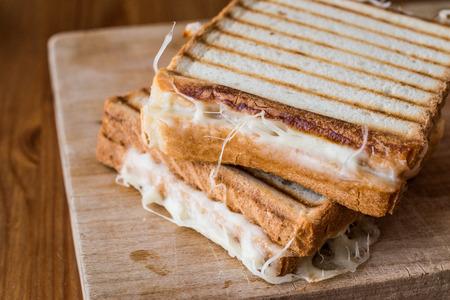Turkish Sandwich Toast (Tost) met cheddar of gesmolten kaas. Turks snel voedselconcept Stockfoto