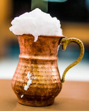 Turks drankje Ayran of Karnemelk met schuim in koperen beker. drank concept. Stockfoto