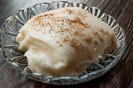 Pudding turc au lait de poulet Tavuk Gogsu. Dessert Traditionnel. Banque d'images - 93978676
