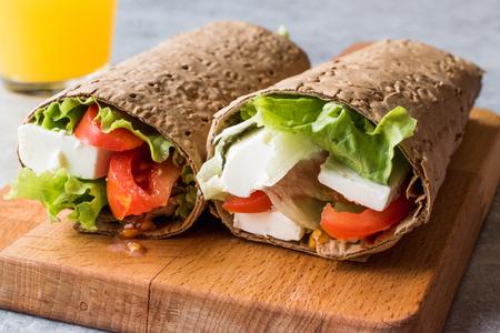낮은 칼로리 다이어트 랩 치즈, 토마토, 샐러드와 오렌지 주스. 유기농 식품.