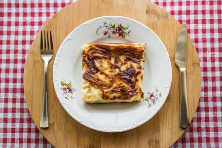 トルコの伝統的な食べ物スボレギまたはボレック、ひき肉またはチーズ