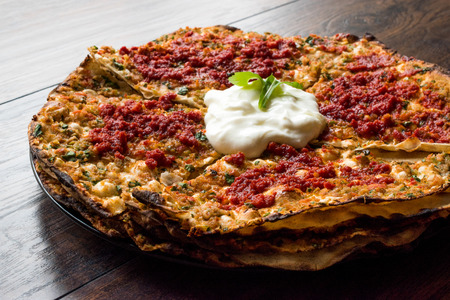 Kayseri Style Layers of Flat Bread Breads with Minced Meat and Yogurt Yaglama. Traditional food. Imagens