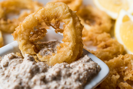 Fried Crispy Calamari Squid Rings with Tartar Sauce and Lemon. SeaFood Concept. Foto de archivo