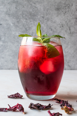 Cold Brew Hibiscus Tea with ice and Mint Leaves. Summer Beverage. 版權商用圖片 - 100595435