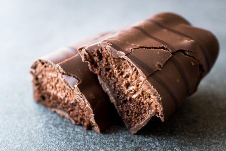 Mousse-Riegel mit Schokoladenüberzug. Halbschnitt. Bio-Dessert-Bar.