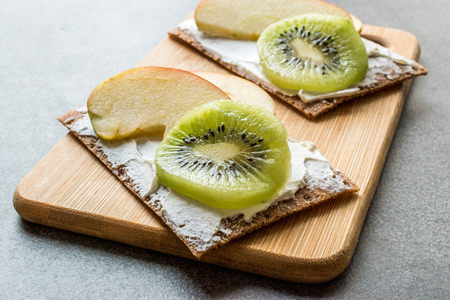 Rye Cripsbread with Cream Cheese, Apple Slices and Kiwi Fruit / Healthy Snacks Recipe with Organic Food. Reklamní fotografie