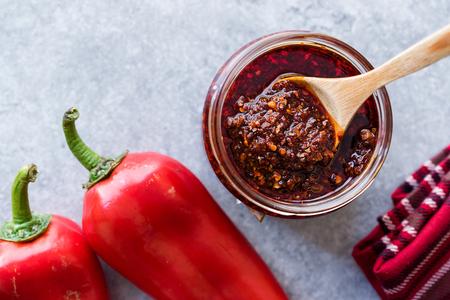 Hot Mexican Spicy Chili Red Sauce Salsa Macha mit rotem Pfefferpulver im Glas. Traditionelles Bio-Lebensmittel.