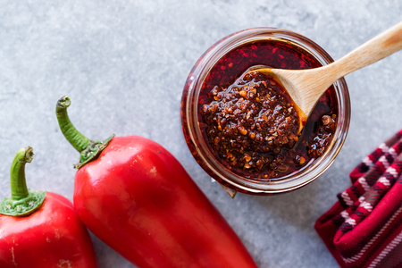 Hot Mexican Spicy Chili Red Sauce Salsa Macha with Red Pepper Powder in Jar. Traditional Organic Food. Archivio Fotografico