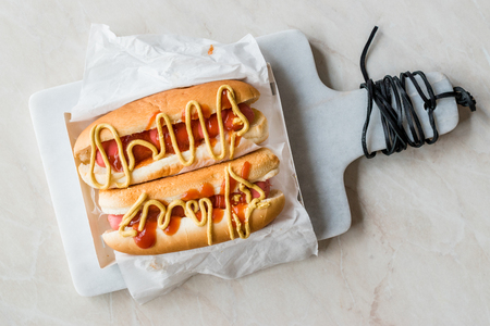 Box of Hot Dog with Ketchup and Mustard / Sausage Sandwich. Fast Food. Standard-Bild - 117456314
