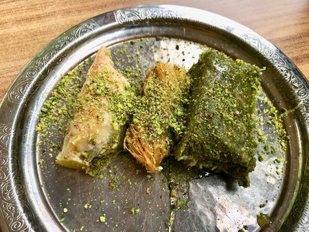 Traditional Arabic Dessert Baklava with Pistachio Powder in Silver Plate at Restaurant. Standard-Bild
