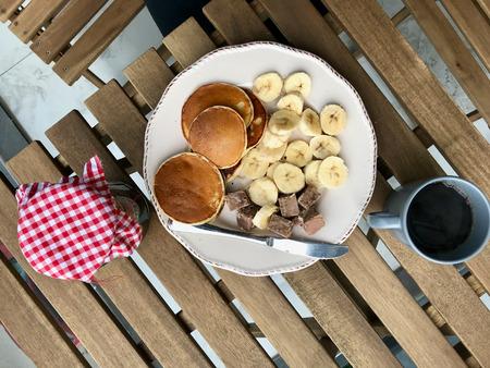 Pancake Breakfast with Banana Slices, Coffee and Jam. Organic Food. Stockfoto