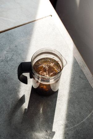 Green Tea with French Press in Daylight. Organic Hot Beverage. Imagens