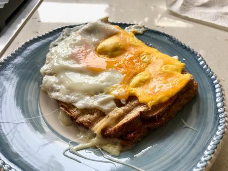 Toast fatti in casa con uova fritte per colazione pronta da mangiare. Cibo organico.
