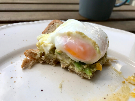 Smashed Avocado Tartine Paste with Poached Eggs and Toast Bread served with Coffee. for Breakfast. Imagens