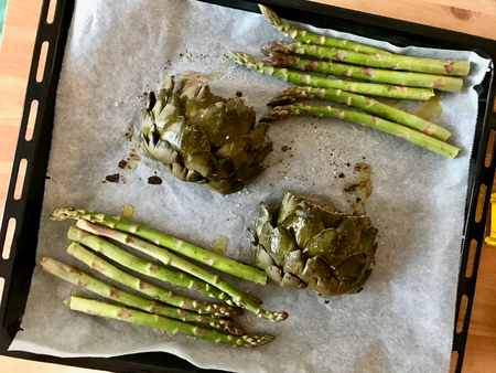 Roasted Artichoke and Asparagus in Oven Tray with Baking Paper. Organic Food. Archivio Fotografico