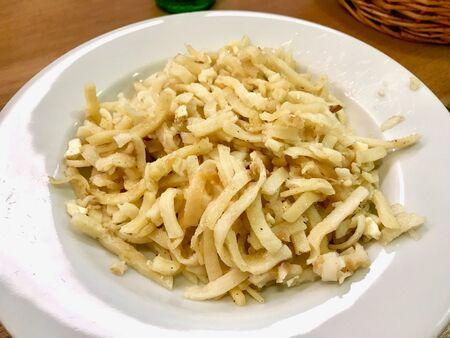 Türkische Nudel / Eriste mit Käse, Walnüssen und Petersilie. Traditionelles Essen. Traditionelles Essen. Standard-Bild