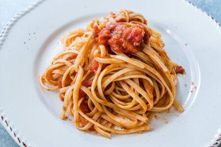 Plato colmado de espaguetis de pasta italiana clásica con salsa de tomate y albahaca. Alimentos orgánicos tradicionales. Foto de archivo