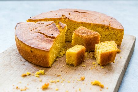 Fresh Baked Corn Bread Slices on Wooden Board. Ready to Eat. Imagens