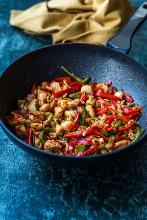 Homemade Spicy Szechuan Chicken / Dragon Chicken in Wok. Traditional Asian Dish. Foto de archivo