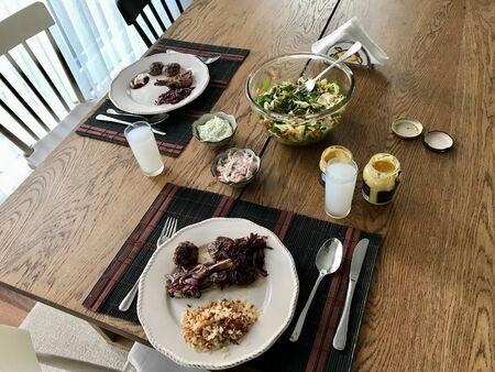 Table de Raki turc / Ouze grec avec salade et viande à la maison sur une table en bois. Cuisine traditionnelle. Banque d'images