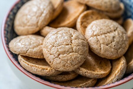 Chewy Soft Italian Amaretti Cookie Biscuits in Ceramic Bowl. Traditional Dessert Snacks. Archivio Fotografico