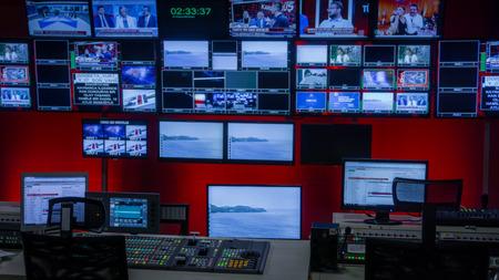 Tv 제어실에서 방송하는 비디오 스위처 및 많은 화면