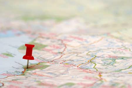 destinos: Un alfiler se inserta en un destino de viaje de un mapa.  Foto de archivo