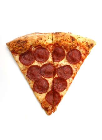 흰색 배경에 페퍼로니 피자 조각입니다.