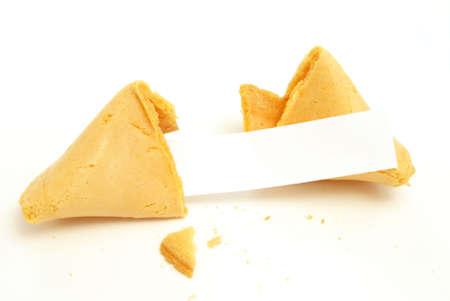 Fortune cookie su sfondo bianco con una carta bianca per il vostro messaggio.