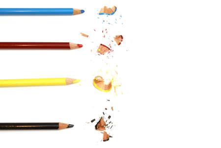 4 つの色鉛筆クレヨンとその削りくず。