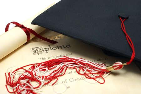diploma: Un sombrero de diploma y grad representan un estudiante lograr alto.  Foto de archivo