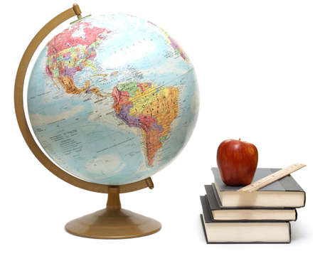 Ein Globus und Lehrbücher für eine Geography-Klasse werden auf weiß isoliert.  Standard-Bild