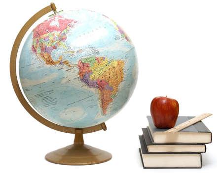 literatura: Un globo y libros de texto para una clase de geograf�a se a�slan en blanco.