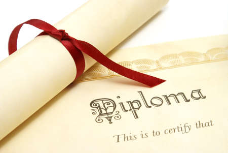 licenciatura: Un diploma representa un estudiante lograr alto.  Foto de archivo