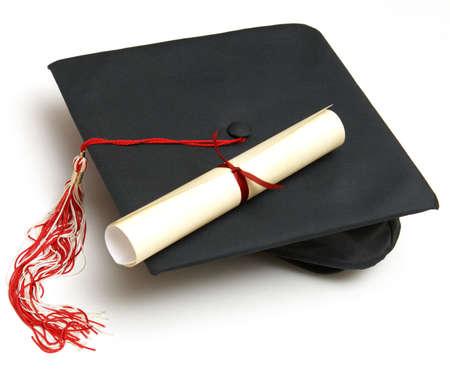 diploma: Un diploma certificado junto con un sombrero de grad para celebrar el �xito de los estudiantes.