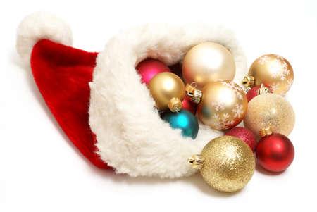 d�bord�: Un chapeau de santa d�bordants rempli avec des boules de No�l.  Banque d'images