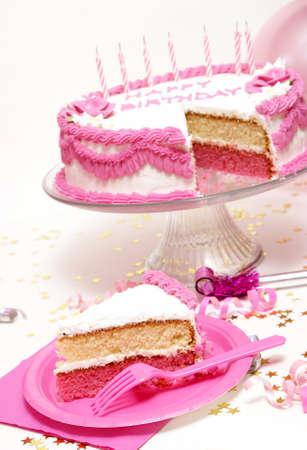 slice cake: Una fetta di fronte la torta di compleanno � venuto da.