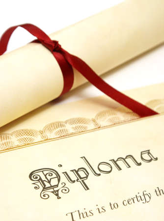egresado: Un diploma sobre blanco representa un estudiante lograr alto.