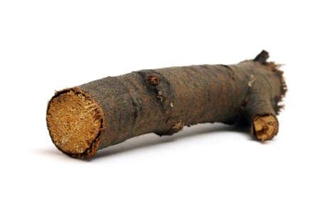 Een geïsoleerde houten log voor het branden in een brand. Stockfoto
