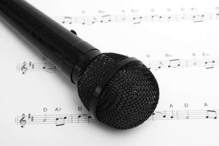 Un micrófono y partituras juntos. La hoja es un cuento de Navidad uncopyrighted de el primer Noel. Foto de archivo - 9779447