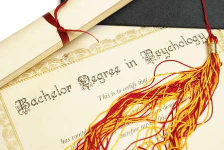 diploma: Un diploma y un sombrero de graduado de representar a un estudiante con alto rendimiento en el campo de la psicolog�a. Foto de archivo