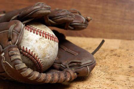 guante de beisbol: Una imagen de bajo contraste de un hardball bien usado y un guante para aquellos que aman el deporte del b�isbol. Foto de archivo