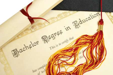 licenciatura: Un sombrero de diploma y grad representan un estudiante lograr alto en el campo de la educación. Foto de archivo